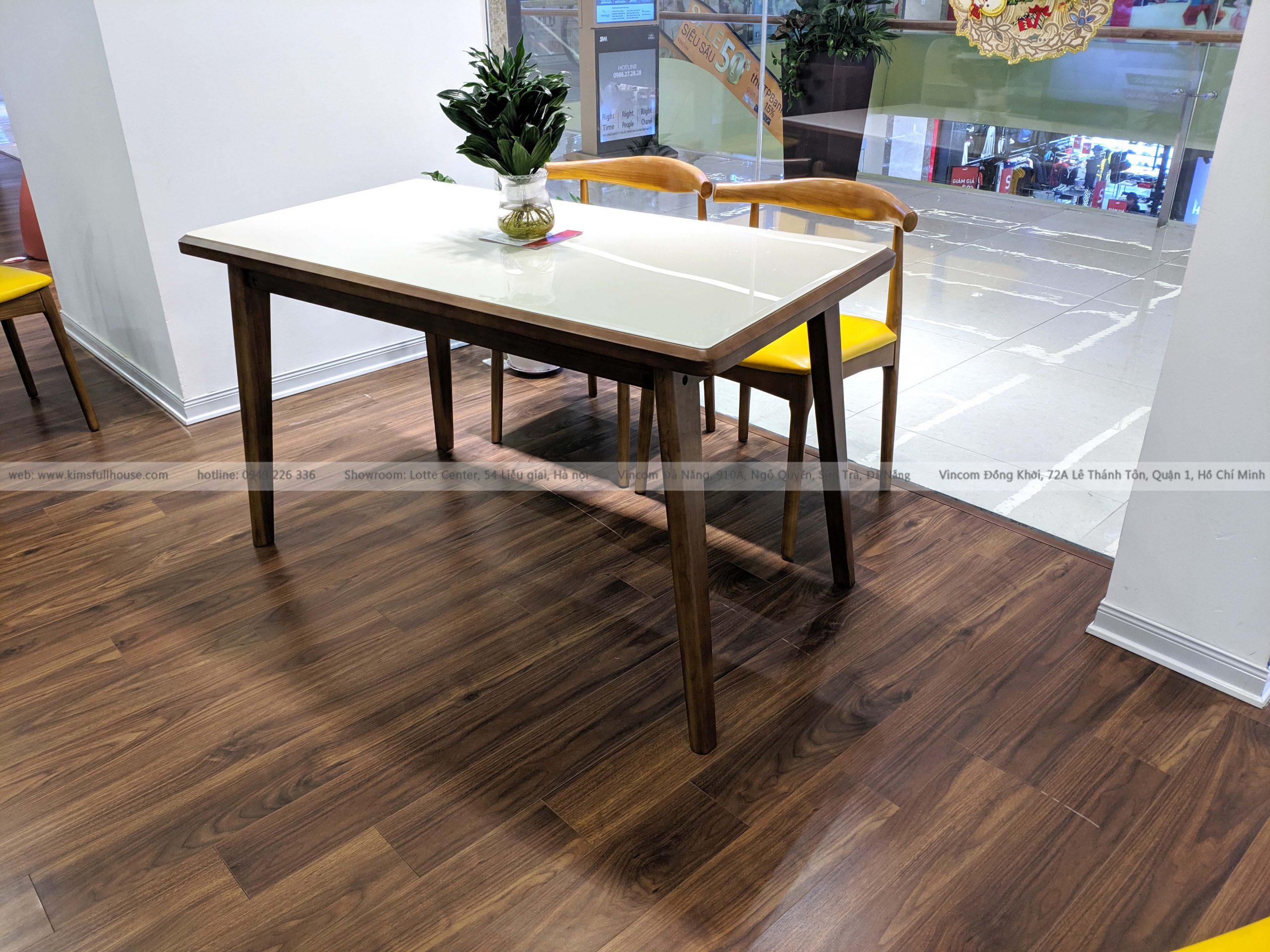 bàn ăn mặt kính khung gỗ